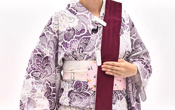 衿元と体の中央の帯板の2か所をクリップで留めておきます。